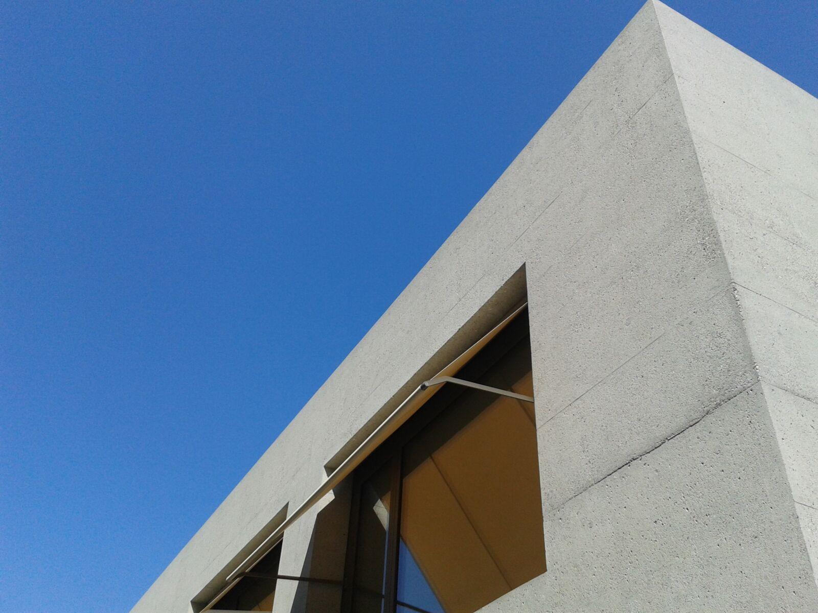 Gestrahlte Beton Fassade einer Schule