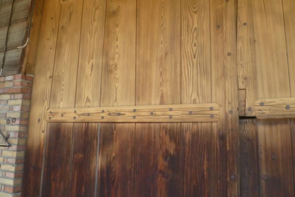 Holztüre von einer Scheune Sandstrahlen